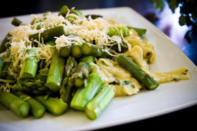 Aspargo do alimento com massa e queijo italianos imagem de stock royalty free