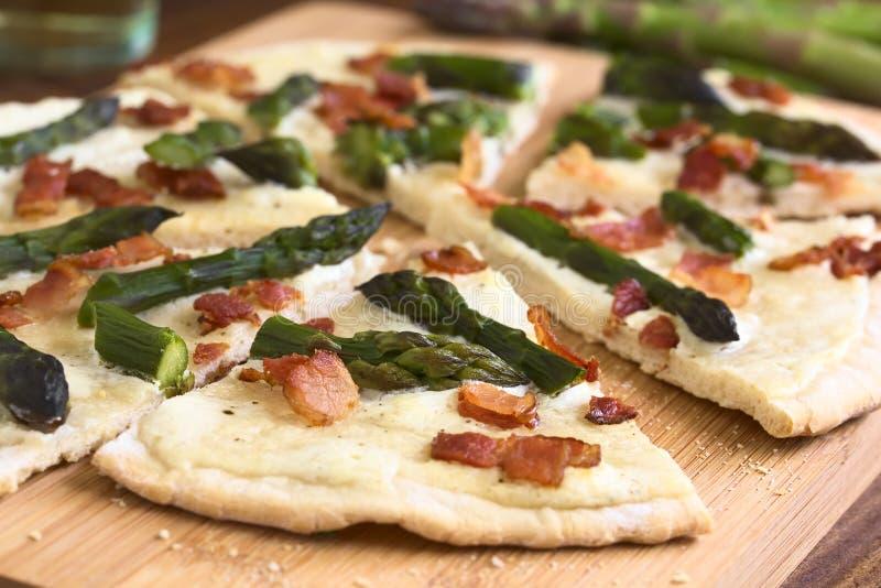 Aspargo e bacon verdes Tarte Flambee foto de stock