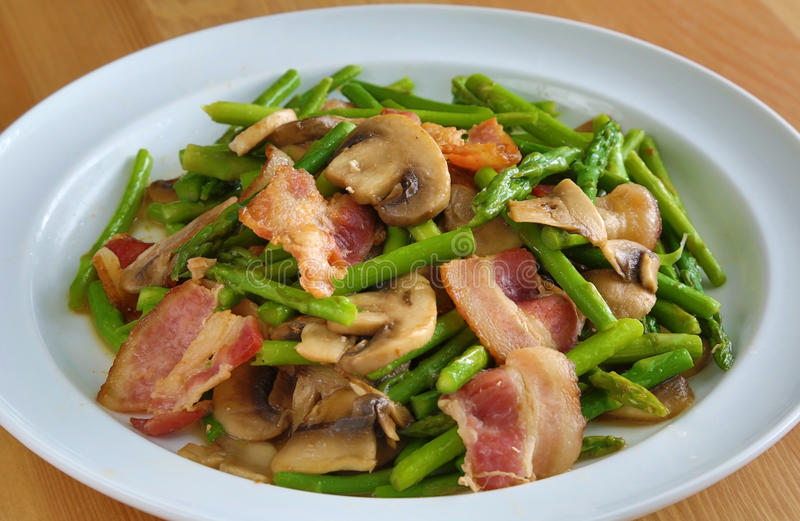 Aspargo e cogumelo do bacon foto de stock royalty free