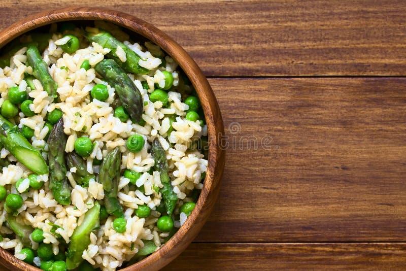 Aspargo e Pea Brown Rice Risotto verdes foto de stock royalty free