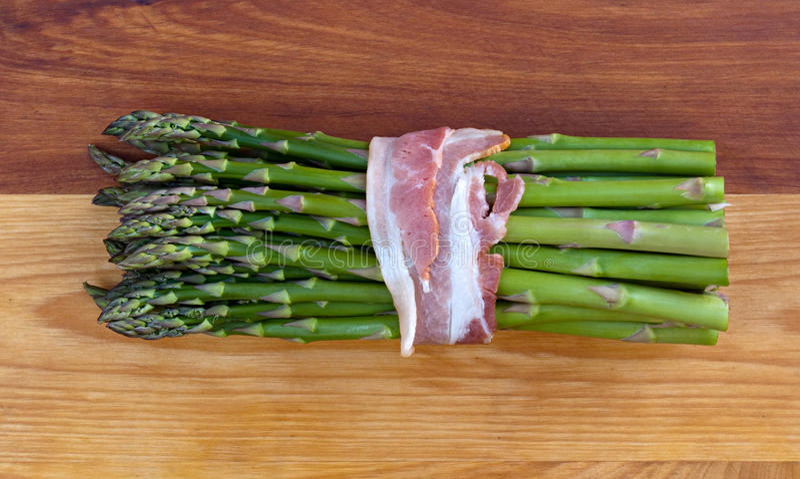 Aspargo fresco com bacon foto de stock