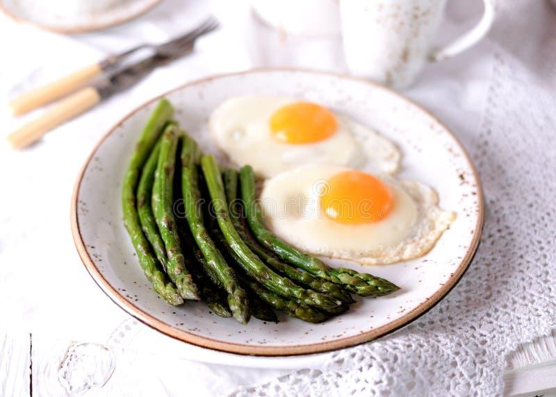 Aspargo fritado com ovos Pequeno almoço saudável fotos de stock royalty free