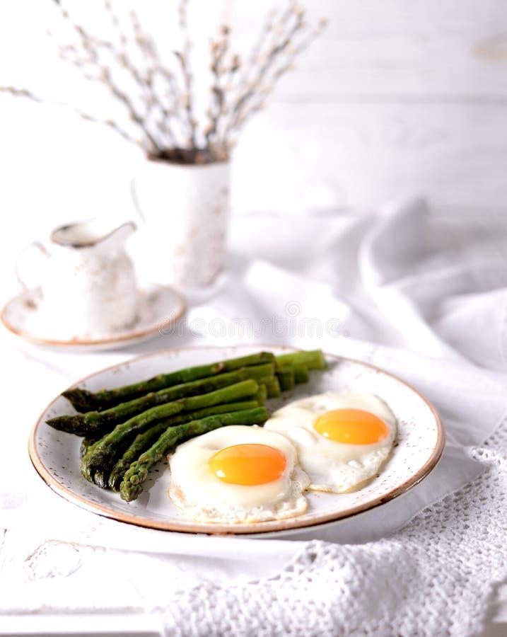 Aspargo fritado com ovos Pequeno almoço saudável foto de stock royalty free
