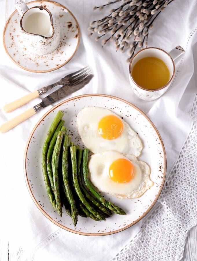 Aspargo fritado com ovos Pequeno almoço saudável imagens de stock