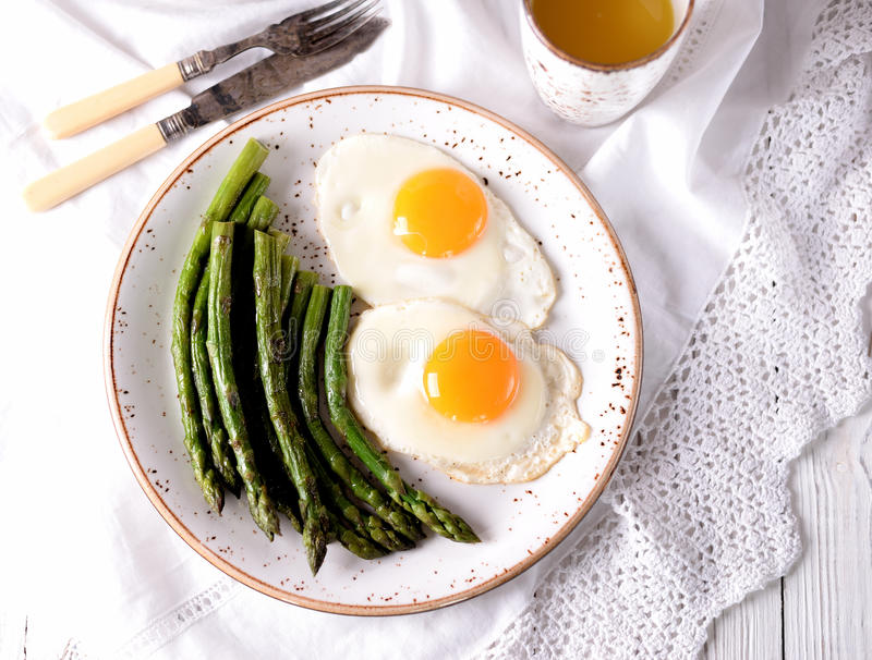Aspargo fritado com ovos Pequeno almoço saudável imagem de stock