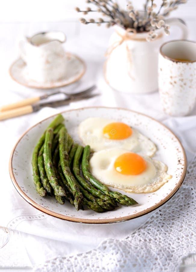 Aspargo fritado com ovos Pequeno almoço saudável fotos de stock