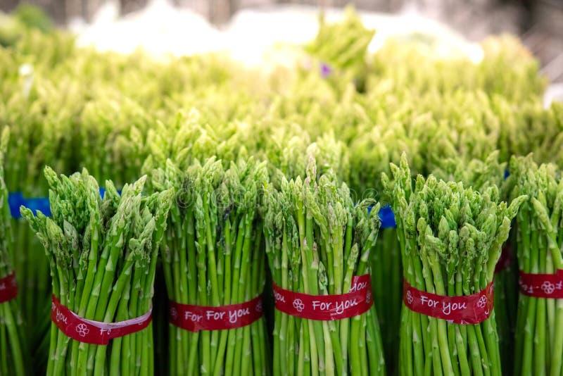 Aspargo nos pacotes: Aspargo verde fresco Comer saud?vel no supermarke do fazendeiro, cultivando o foco seletivo do conceito fotografia de stock