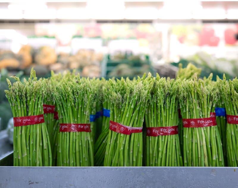 Aspargo nos pacotes: Aspargo verde fresco Comer saud?vel no supermarke do fazendeiro, cultivando o foco seletivo do conceito imagem de stock royalty free