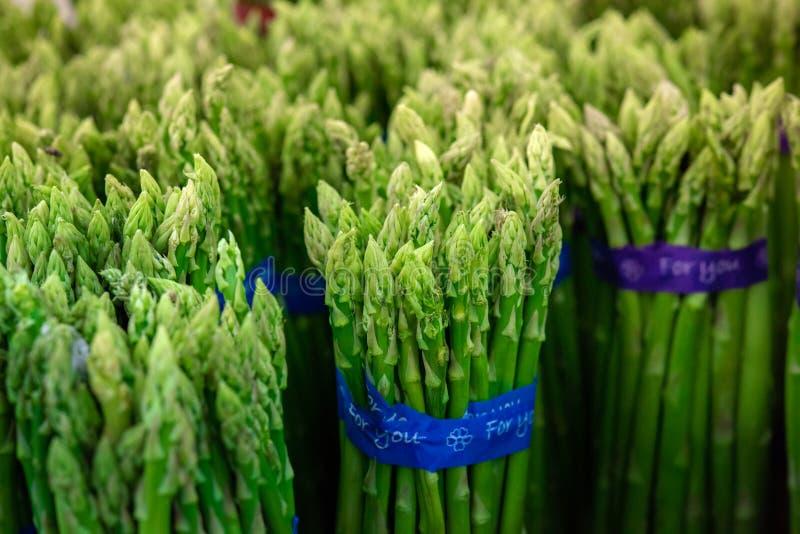 Aspargo nos pacotes: Aspargo verde fresco Comer saud?vel no supermarke do fazendeiro, cultivando o foco seletivo do conceito imagens de stock royalty free