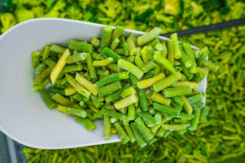 Aspargo verde congelado no ombro foto de stock