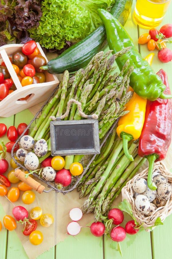 Aspargo verde e outros legumes frescos fotografia de stock royalty free