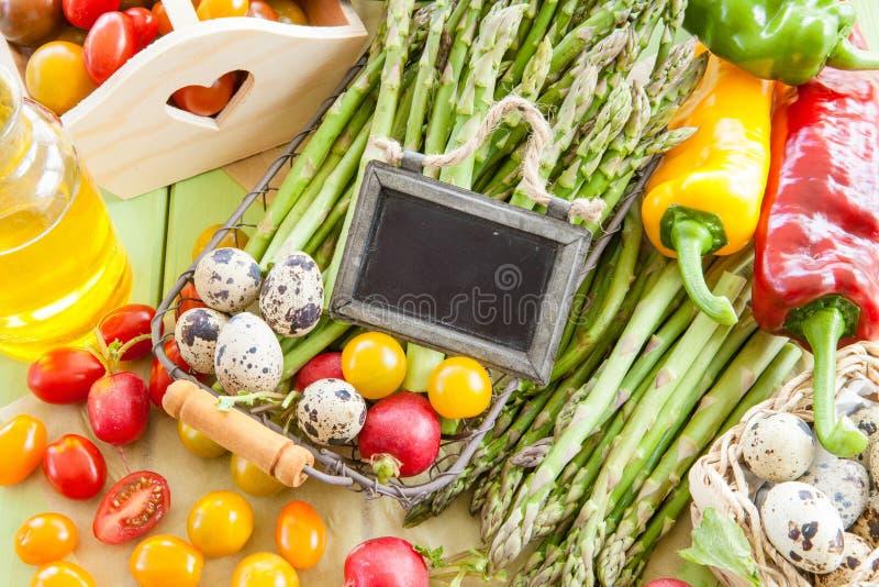 Aspargo verde e outros legumes frescos foto de stock