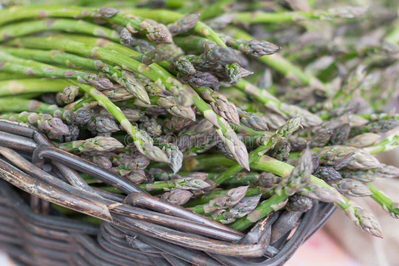 Aspargo verde em uma cesta imagem de stock royalty free