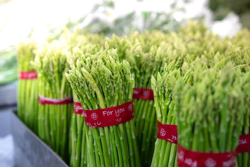 Aspargos em Pacotes : Espargos verdes frescos Alimentação saudável no supermercado do agricultor, foco seletivo do conceito de ag foto de stock