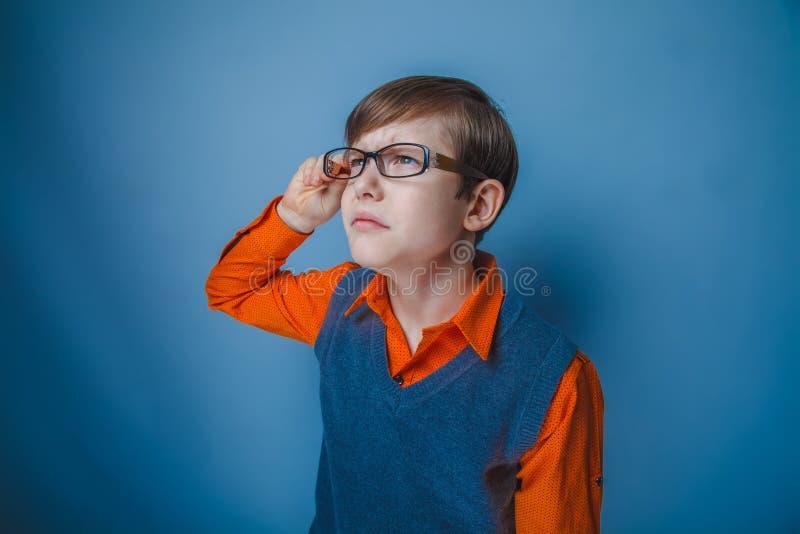 Aspect européen d'adolescent de garçon dans les cheveux bruns photographie stock