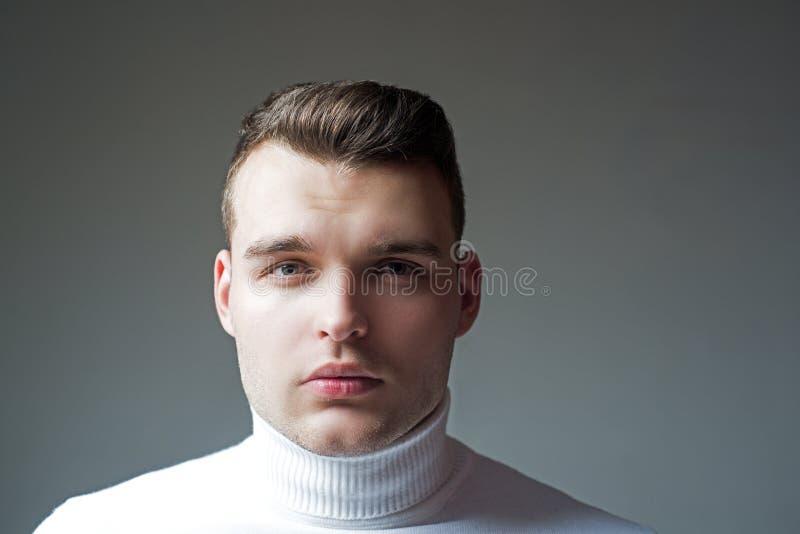 Aspecto elegante preparado bien del hombre Peluquero del peinado Dise?ar la cera del pelo Peinado del inconformista Cierre del ho fotografía de archivo