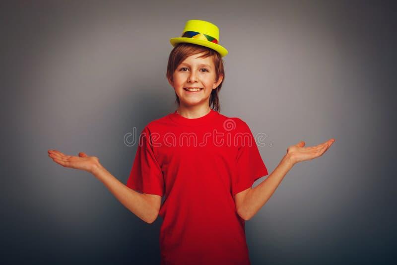 Aspecto europeo del adolescente del muchacho en el sombrero amarillo fotografía de archivo libre de regalías