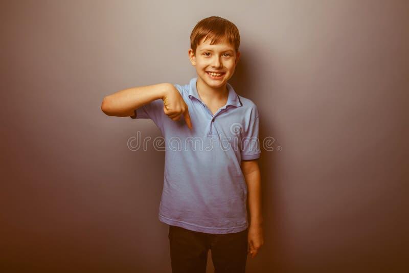 Aspecto europeo del adolescente del muchacho en una camisa azul fotos de archivo libres de regalías