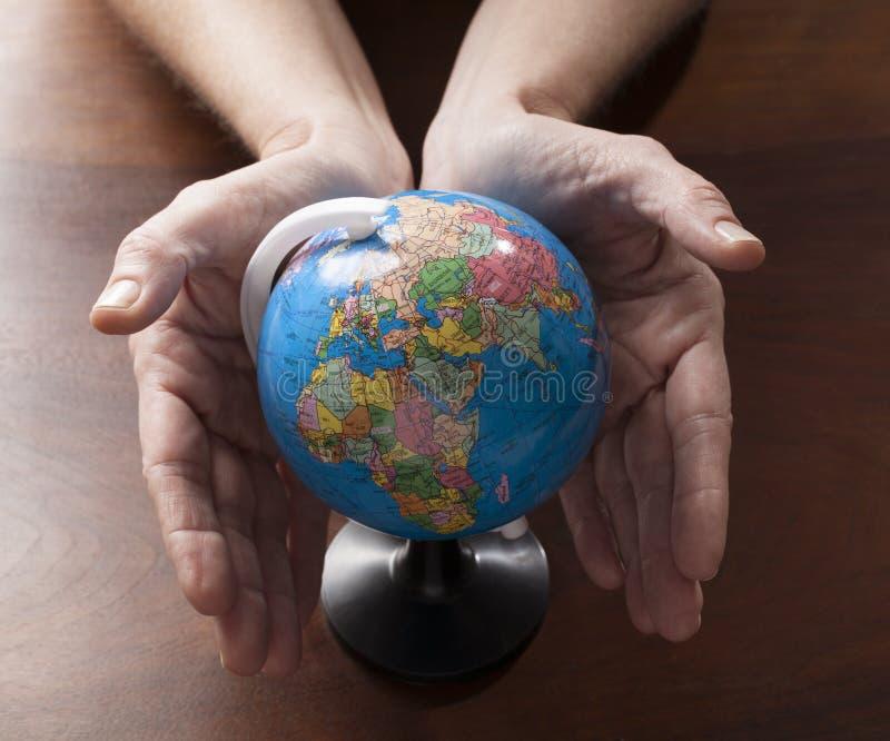 Aspectos medioambientales y mundo entero en manos imagen de archivo libre de regalías