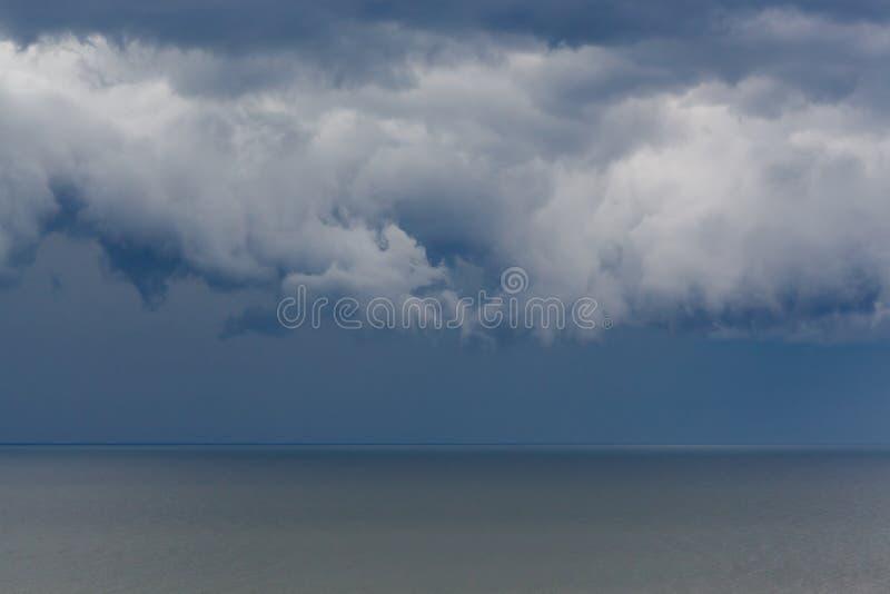 Asperatus scuro della nuvola sopra il mare fotografia stock