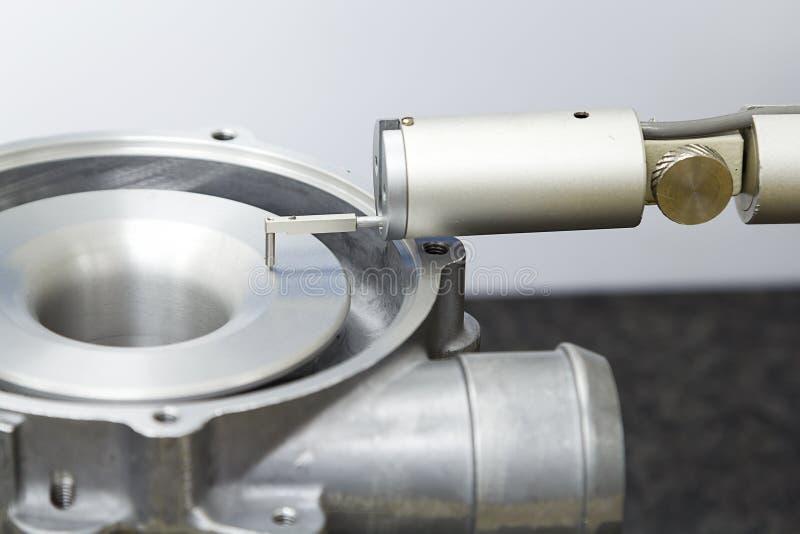 Aspereza de superfície do turbocompressor da inspeção do operador pelo verificador da aspereza foto de stock