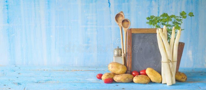 Asperge, aardappels, peterselie, menu zwarte raad royalty-vrije stock foto's