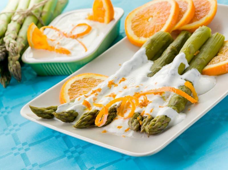 Asperge avec de la sauce crème à yaourt photo stock