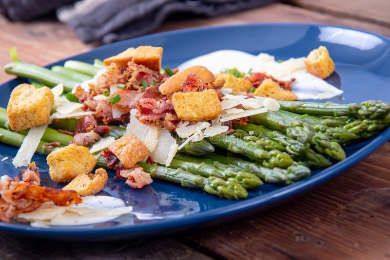 Asperge de César avec le plat découpé en tranches de cuisine gastronomique de lard et de croûton de parmesan photographie stock libre de droits