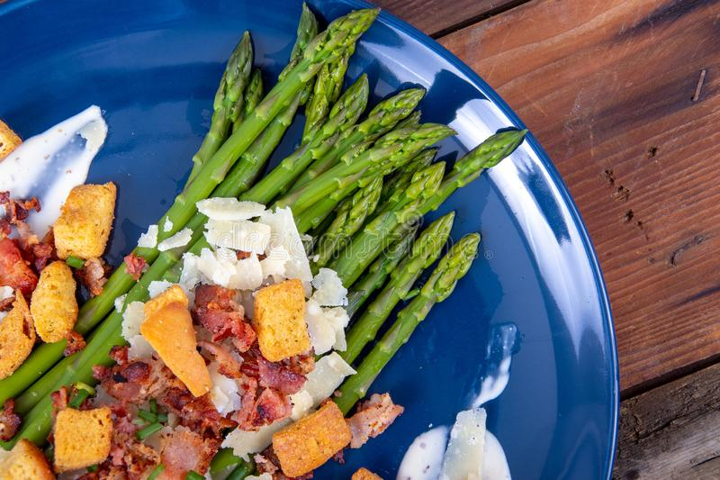 Asperge de César avec le plat découpé en tranches de cuisine gastronomique de lard et de croûton de parmesan image stock