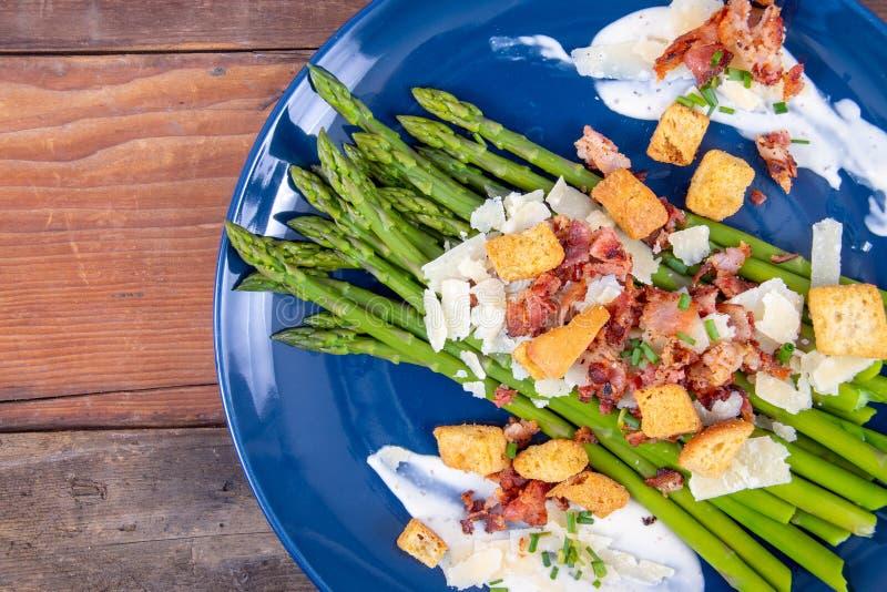 Asperge de César avec le plat découpé en tranches de cuisine gastronomique de lard et de croûton de parmesan images libres de droits