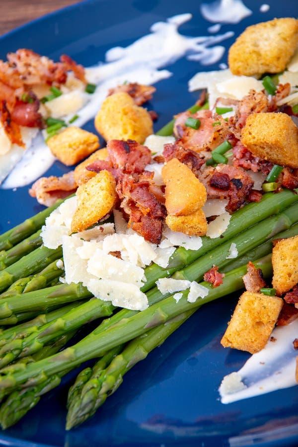 Asperge de César avec le plat découpé en tranches de cuisine gastronomique de lard et de croûton de parmesan photographie stock