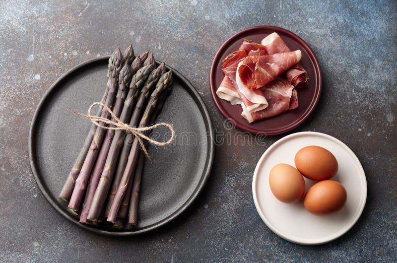 Asperge, eieren en bacon op roestige achtergrond stock fotografie