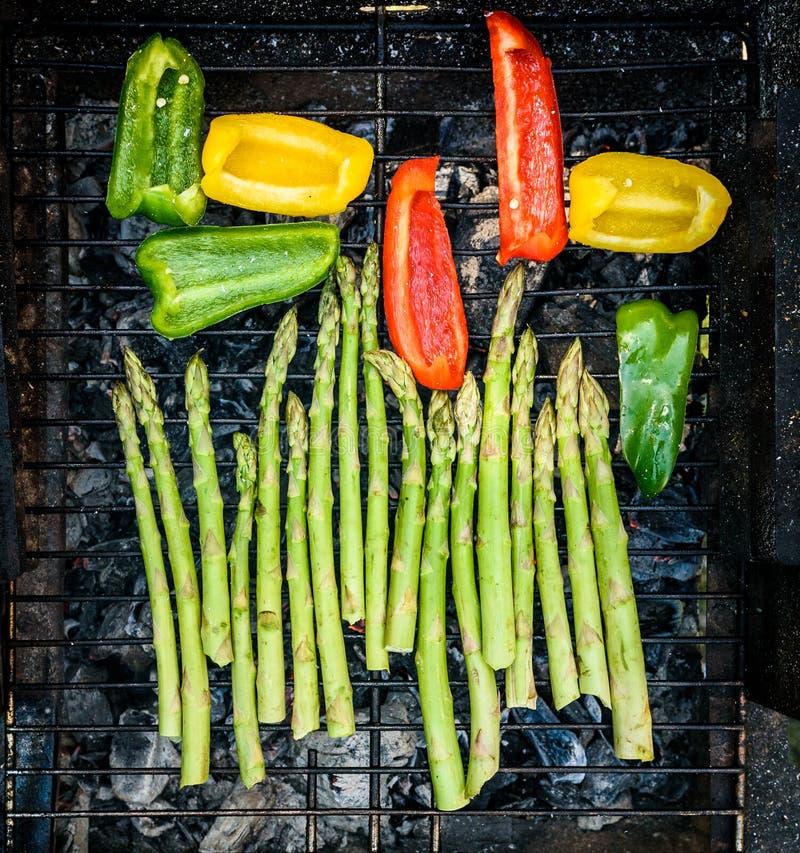 Asperge en groene paprika's op een barbecuebbq houtskoolgrill royalty-vrije stock foto