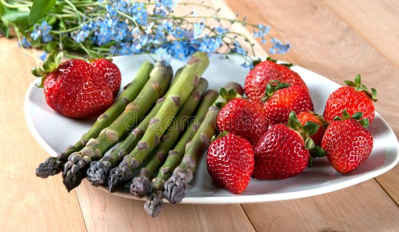 Asperge fraîche avec des fraises du plat blanc Idées pour Orga photographie stock libre de droits