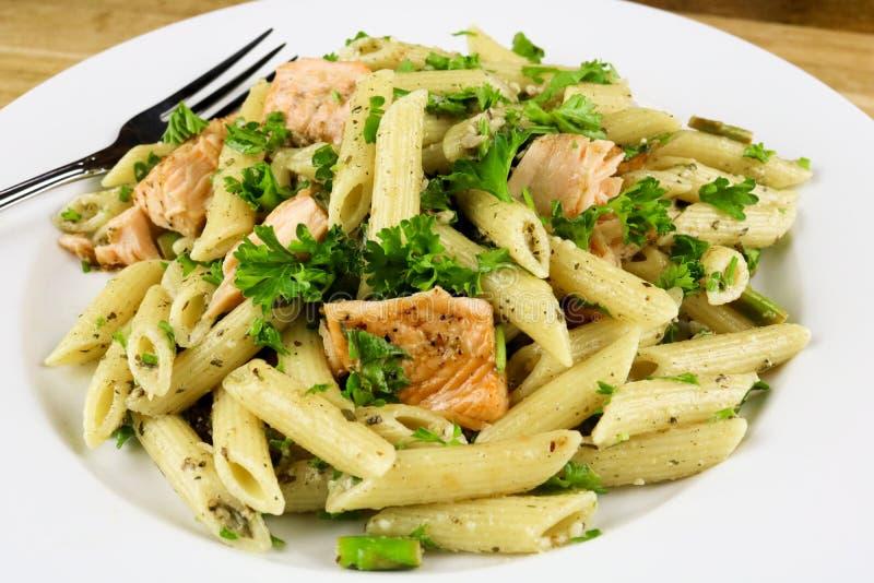 Asperge & Gebakken Salmon Penne Pasta Salad royalty-vrije stock fotografie