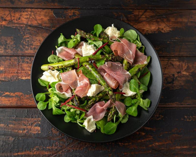Asperge grill?e, salade de jambon de Parme avec du fromage de mozzarella et l?gumes verts images libres de droits