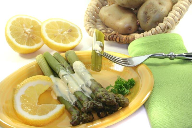 Asperge verte avec de la sauce à Hollandaise image stock