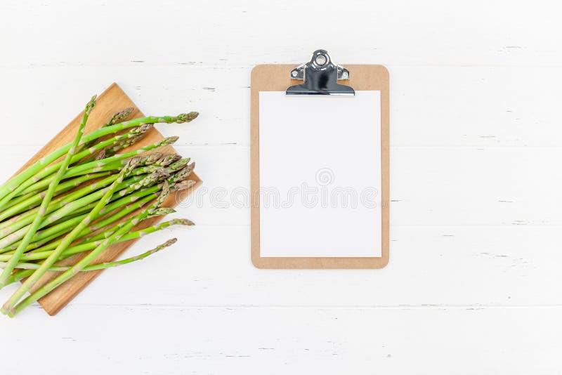 Asperge verte fraîche avec la maquette de papier de presse-papiers images libres de droits