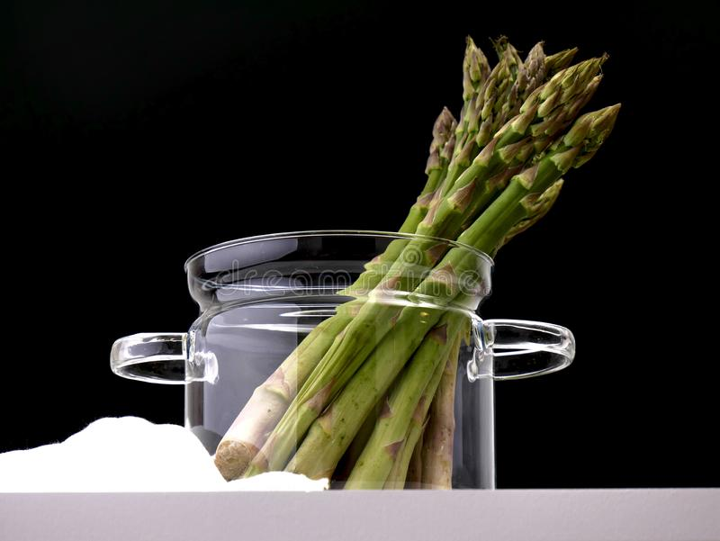 Asperge verte fraîche - délicatesse végétarienne photographie stock libre de droits