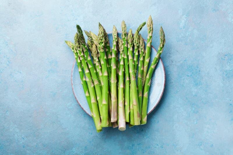 Asperge verte fraîche dans la vue supérieure de cuvette bleue Aliment biologique sain et de régime photo stock
