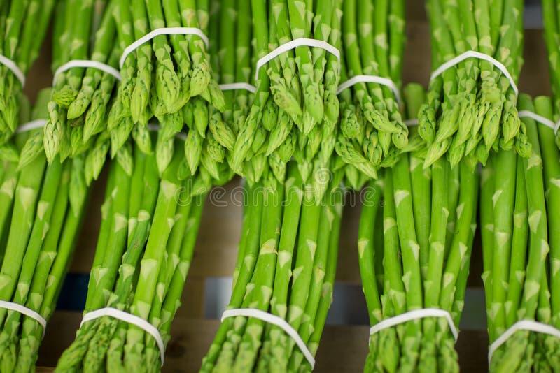Asperge verte fraîche par paquets décorés au marché hebdomadaire image stock