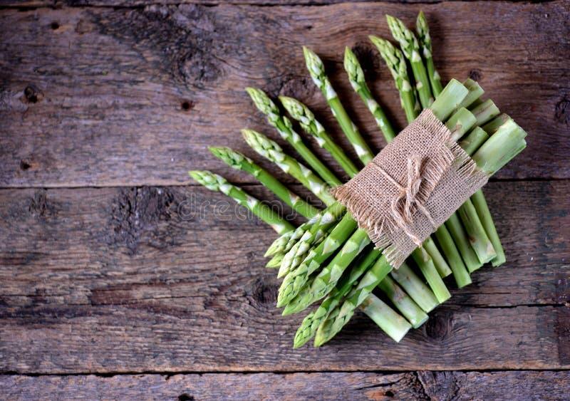 Asperge verte fraîche sur un vieux fond en bois Nourriture saine photo stock