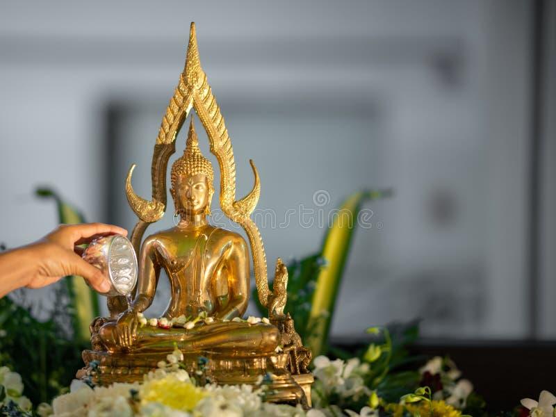 Asperje el agua sobre una imagen de Buda en festival del songkran El festival tailandés o Songkran del agua es vueltas tailandes fotos de archivo