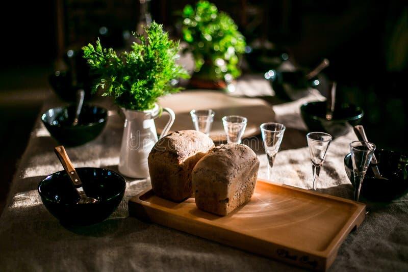 Aspettando gli ospiti per la cena nello stile rustico fotografia stock libera da diritti