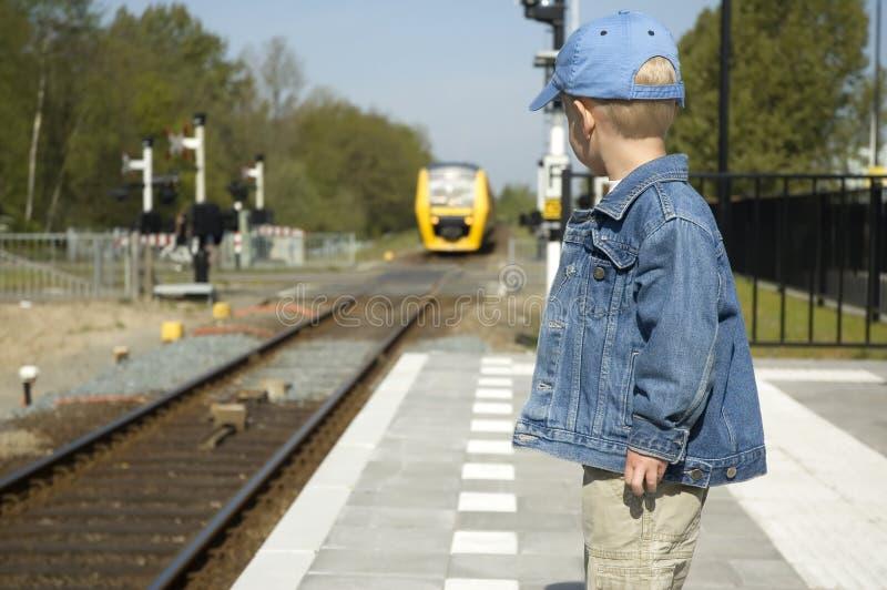 Aspettando il treno immagini stock libere da diritti