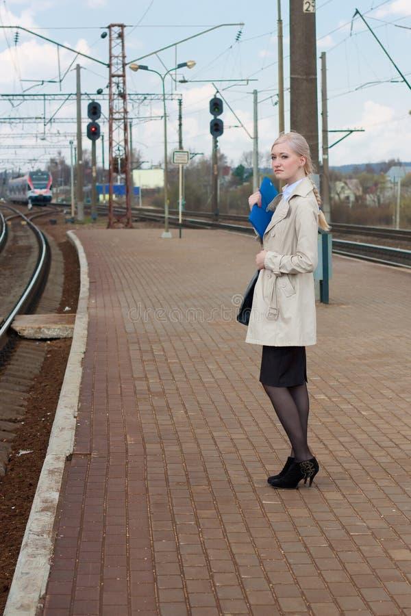 Aspettando il treno immagini stock