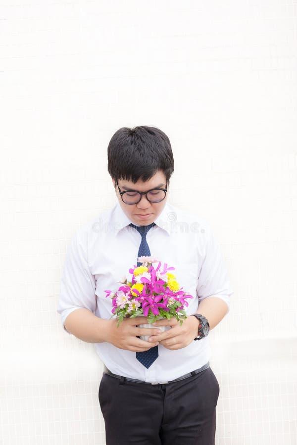 Aspettando la sua amica Chiuda su del holdi bello del giovane immagini stock libere da diritti