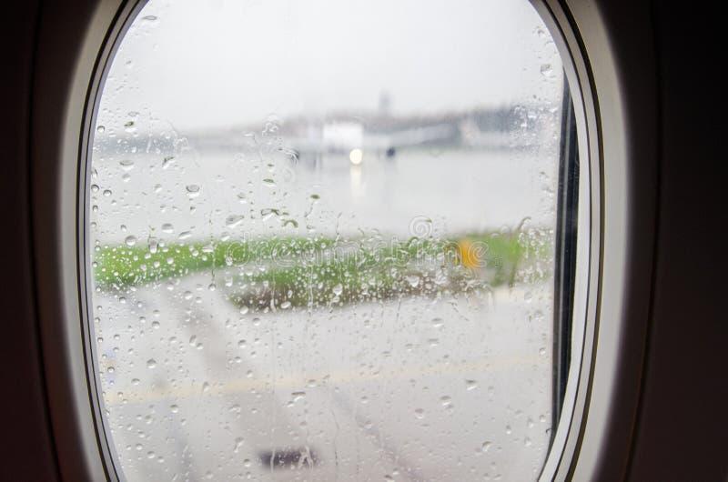Aspettando nella pioggia fotografie stock libere da diritti