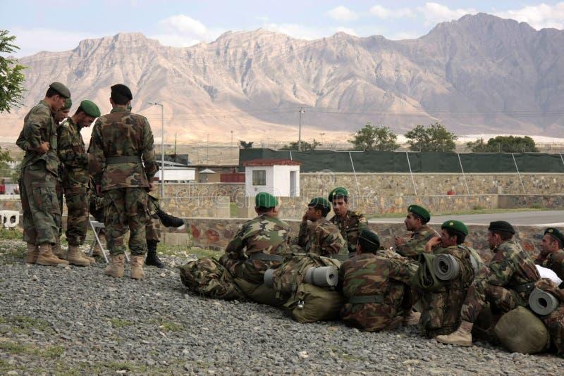 Aspettare afgano delle reclute le istruzioni di assegnazione fotografia stock libera da diritti