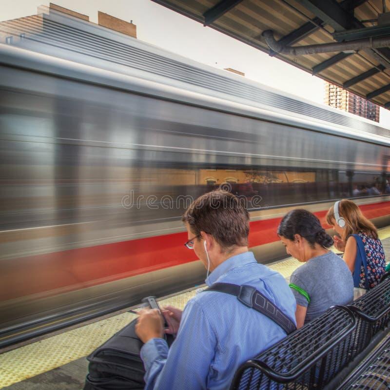 Aspettare dei pendolari un treno fotografie stock